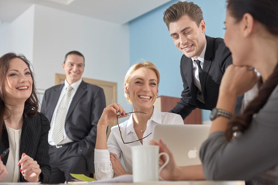 コミュニケーションをはかるビジネスパーソン